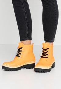 Vero Moda - VMELMA BOOT - Stivali di gomma - autumn blaze - 0