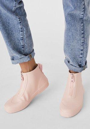 STIEFEL NIEDRIGE GUMMI - Boots à talons - light pink