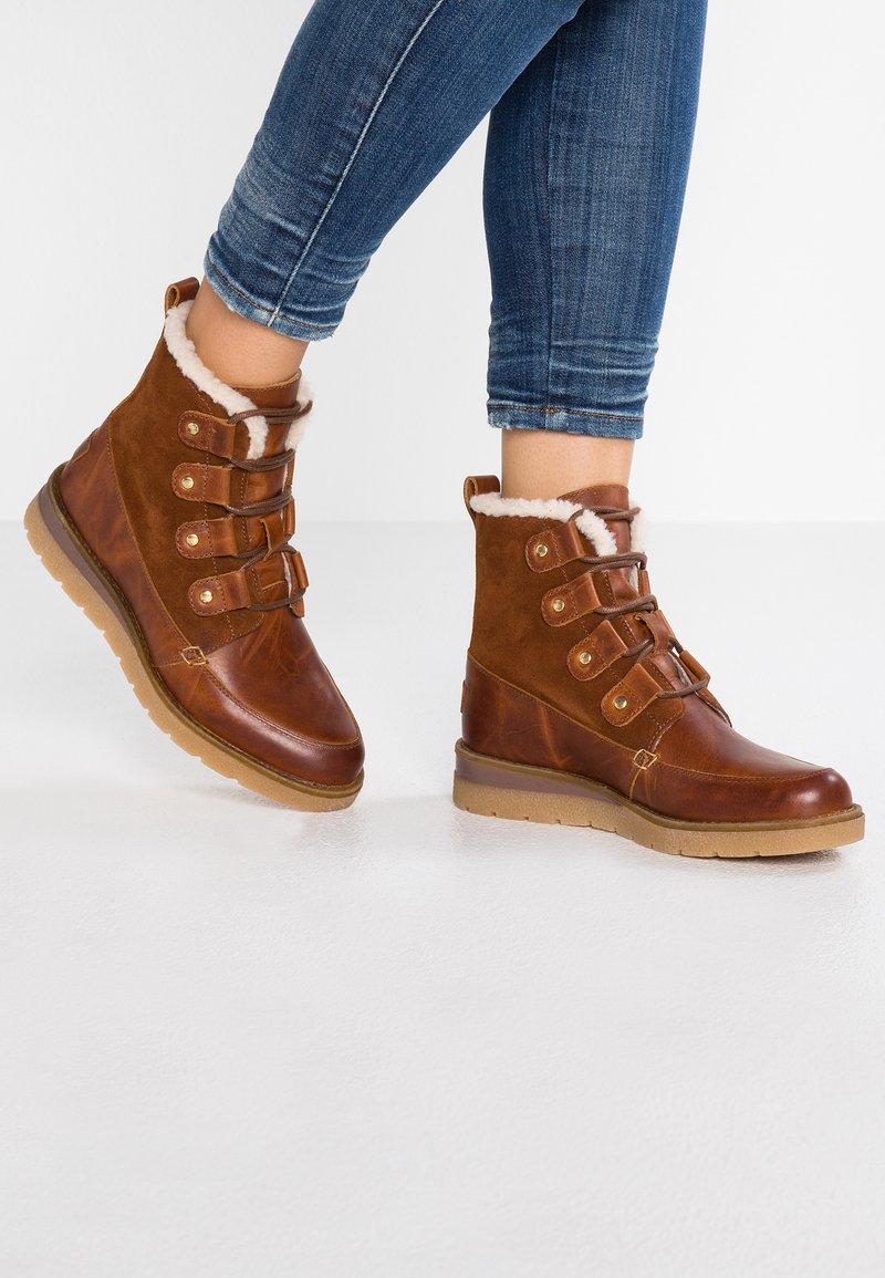 Vero Moda - VMANE - Šněrovací kotníkové boty - cognac