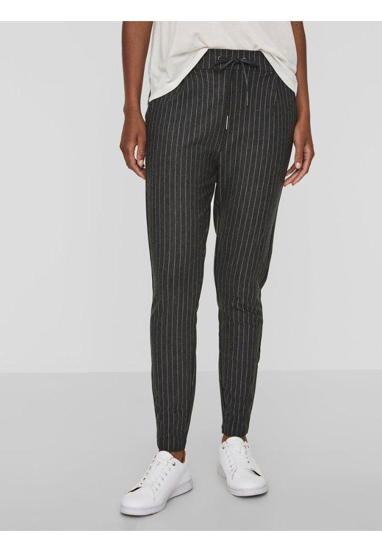 Vero Moda - LOOSE FIT NADELSTREIFEN - Pantalones deportivos - dark grey melange