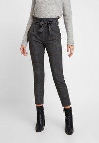 Vero Moda - VMEVA PAPERBAG CHECK PANT - Pantalones - dark grey melange/grey/brown - 0