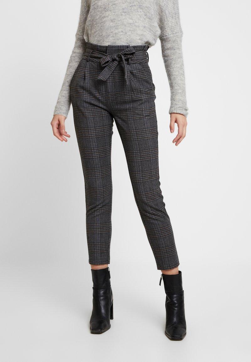 Vero Moda - VMEVA PAPERBAG CHECK PANT - Pantalones - dark grey melange/grey/brown