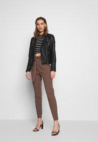 Vero Moda - PAPERBAG - Pantalon classique - marron - 1