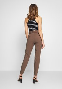 Vero Moda - PAPERBAG - Pantalon classique - marron - 2
