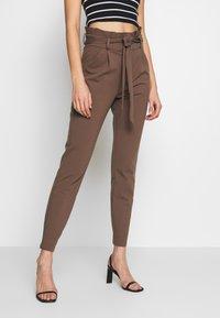 Vero Moda - PAPERBAG - Pantalon classique - marron - 0