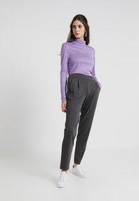 Vero Moda - VMANCHOR KELLY PANT - Trousers - dark grey melange - 1