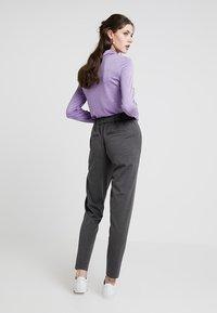 Vero Moda - VMANCHOR KELLY PANT - Trousers - dark grey melange - 2