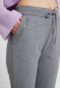 Vero Moda - VMEVA - Pantalones deportivos - medium grey melange - 4