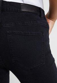 Vero Moda - VMHOT SEVEN ANKLE ZIP PANTS - Jeans Skinny Fit - black - 6