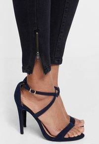 Vero Moda - VMHOT SEVEN ANKLE ZIP PANTS - Jeans Skinny Fit - black - 4