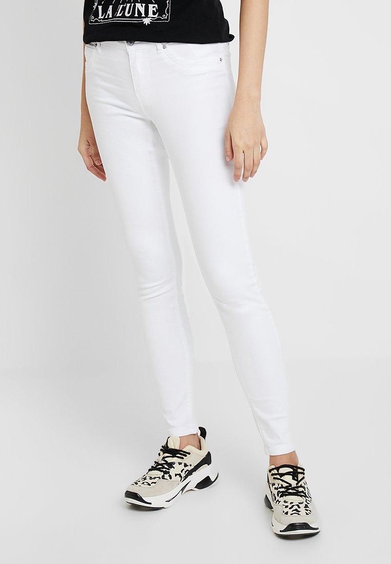 Vero Moda - VMHOT ELLA SLIM PANTS - Jeans Slim Fit - bright white