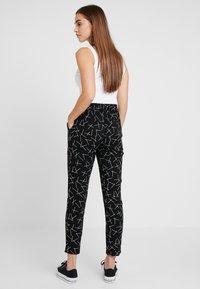 Vero Moda - VMSIMPLY EASY PANT - Bukse - black/mika - 2