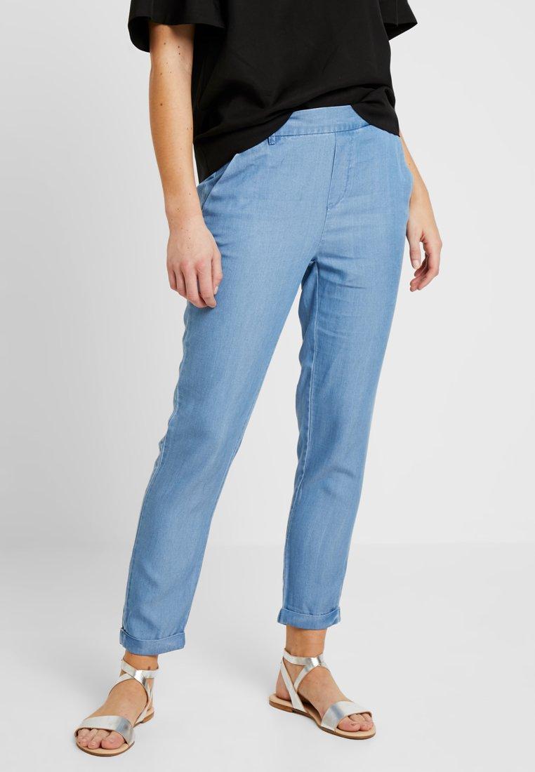 Vero Moda - VMMAYA LOOSE SUMMER ANKLE PANT - Pantalones - light blue denim