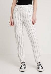 Vero Moda - VMANNA MILO CITRUS PANT - Pantaloni - snow white/night sky - 0