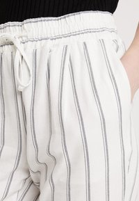 Vero Moda - VMANNA MILO CITRUS PANT - Pantaloni - snow white/night sky - 4