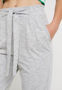 Vero Moda - VMDATCA BUCKET PANTS - Pantaloni sportivi - medium grey melange - 5