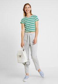 Vero Moda - VMDATCA BUCKET PANTS - Pantaloni sportivi - medium grey melange - 2