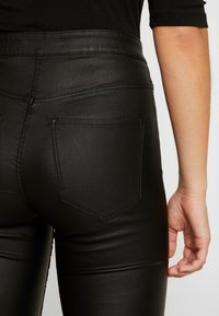 Vero Moda - VMJOY COATED - Stoffhose - black - 6