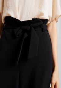 Vero Moda - VMMILLA LOOSE PAPERBAG PANT - Stoffhose - black - 5