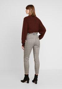 Vero Moda - VMEVA LOOSE PAPERBAG CHECK - Kalhoty - grey/brown/rust - 3