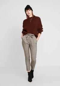 Vero Moda - VMEVA LOOSE PAPERBAG CHECK - Kalhoty - grey/brown/rust - 2