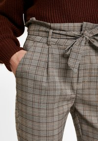 Vero Moda - VMEVA LOOSE PAPERBAG CHECK - Kalhoty - grey/brown/rust - 4