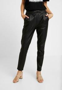 Vero Moda - VMEVA LOOSE STRING COATED PANT - Pantalones - black - 0