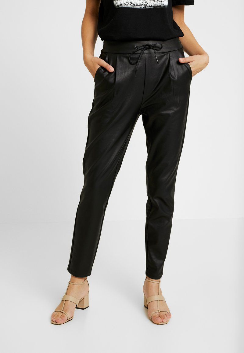 Vero Moda - VMEVA LOOSE STRING COATED PANT - Bukse - black