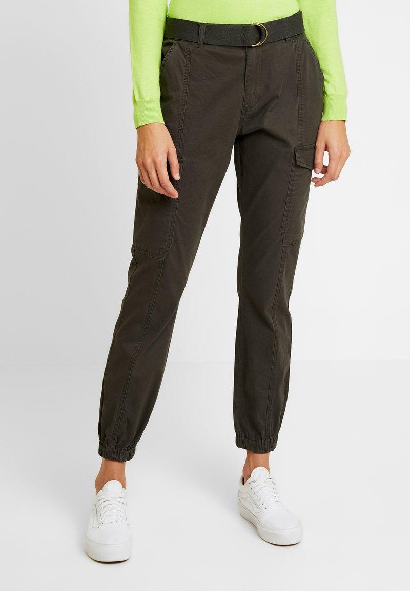 Vero Moda - VMKARLA TAP CARGO BELT PANTS - Trousers - peat