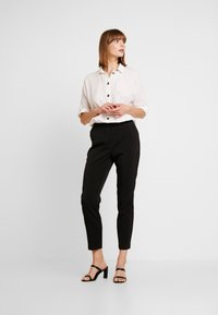 Vero Moda - VMIZZA CIGARET PANTS - Kalhoty - black - 2