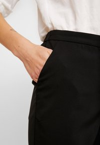 Vero Moda - VMIZZA CIGARET PANTS - Kalhoty - black - 6