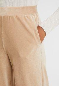 Vero Moda - VMPAN WIDE PANTS - Trousers - camel - 5