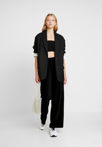Vero Moda - VMPAN WIDE PANTS - Pantalon classique - black - 2