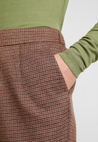 Vero Moda - VMJASMIN TAILORED CHECK PANT - Broek - madder brown - 5