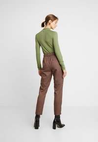 Vero Moda - VMJASMIN TAILORED CHECK PANT - Broek - madder brown - 3