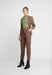 Vero Moda - VMJASMIN TAILORED CHECK PANT - Broek - madder brown - 2