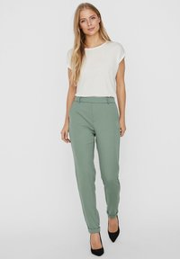 Vero Moda - VMMAYA MR LOOSE SOLID - Broek - laurel wreath - 1