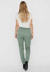 Vero Moda - VMMAYA MR LOOSE SOLID - Broek - laurel wreath - 2