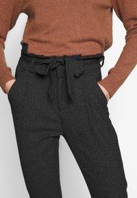 Vero Moda - VMEVA LOOSE PAPERBAG  - Pantalon classique - black/salt & pepper birch - 4