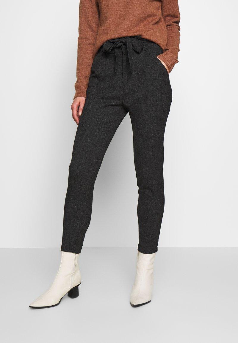 Vero Moda - VMEVA LOOSE PAPERBAG  - Pantalon classique - black/salt & pepper birch