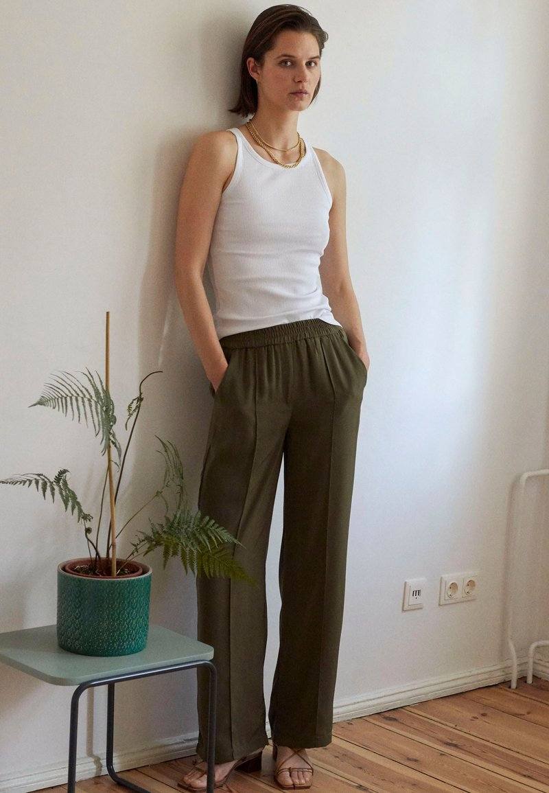 Vero Moda - VMKARINA WIDE PANT  - Tygbyxor - ivy green