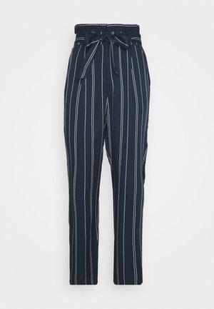 VMEVA LOOSE PAPERBAG STRIPE PANT - Kangashousut - navy blazer/birch