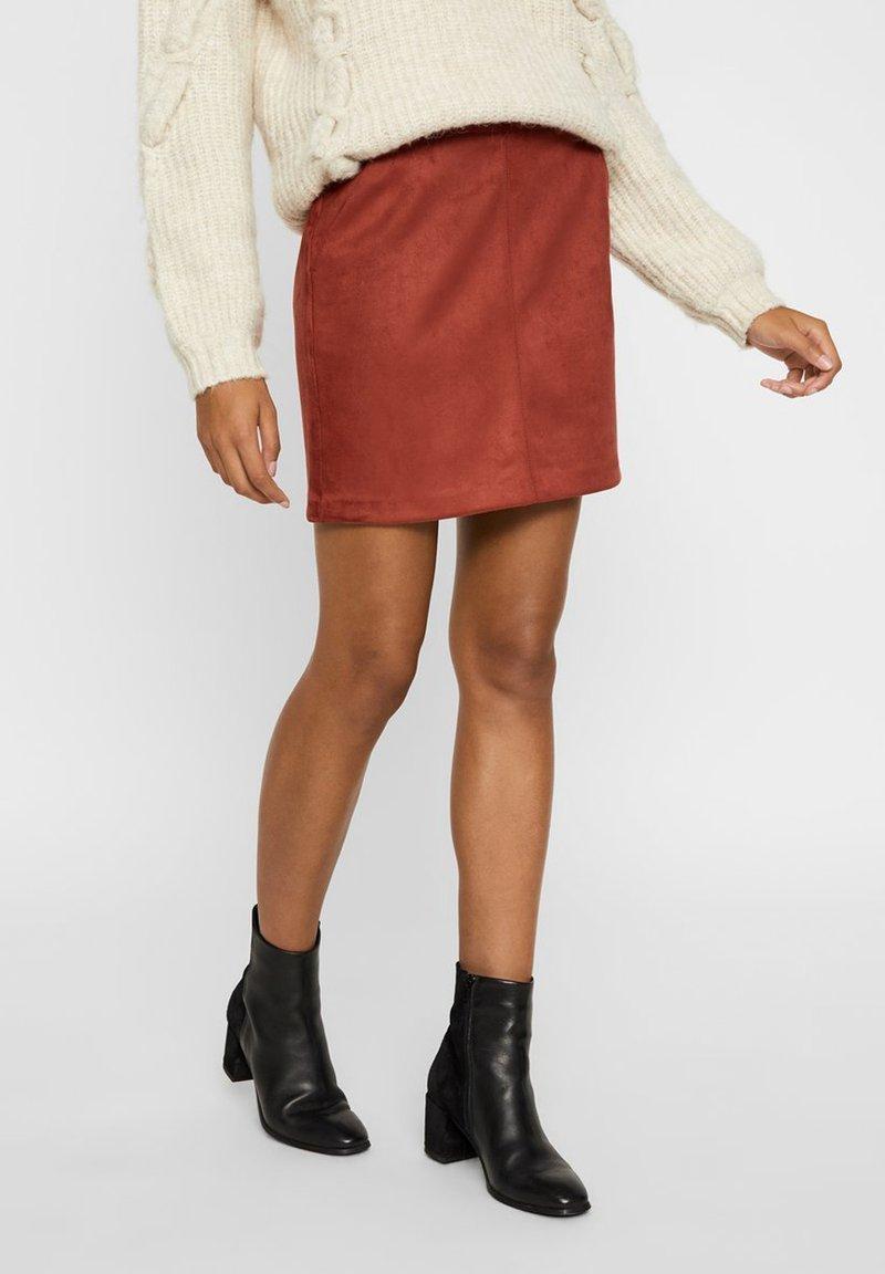 Vero Moda - Minirok - madder brown