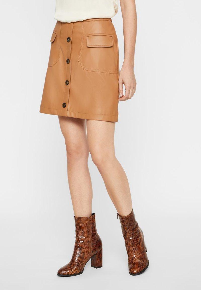 Vero Moda - VMEDA COATED SHORT SKIRT - A-line skirt - tobacco brown