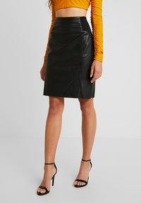 Vero Moda - VMBUTTERSIA COATED SKIRT - Kokerrok - black - 0