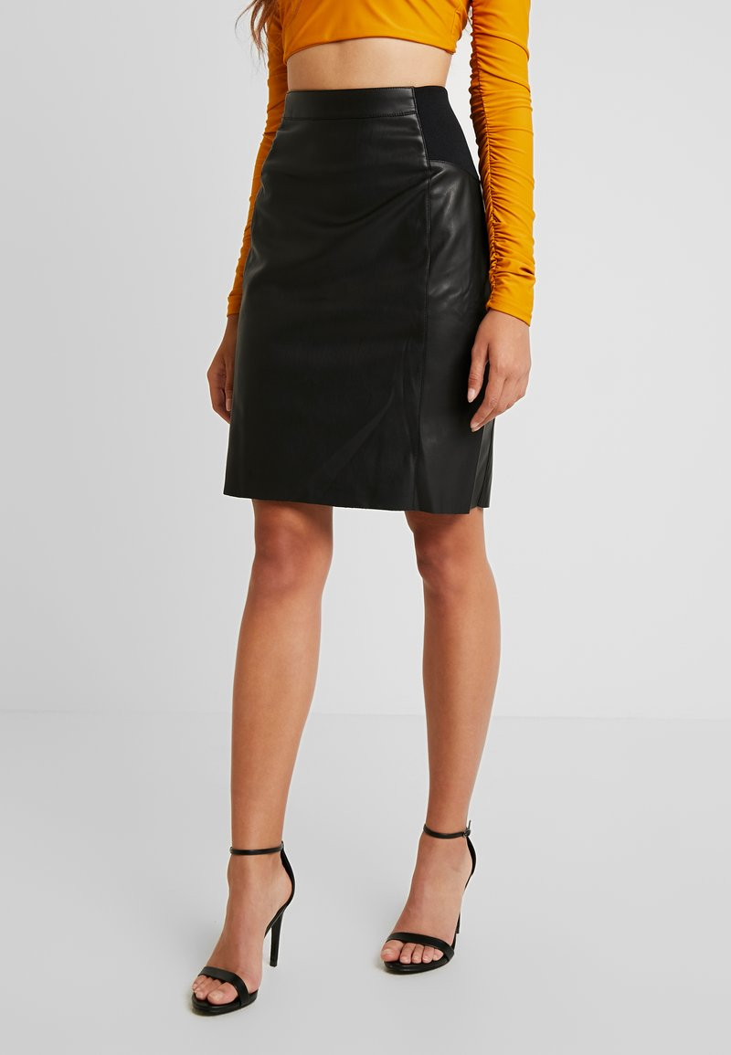 Vero Moda - VMBUTTERSIA COATED SKIRT - Kokerrok - black