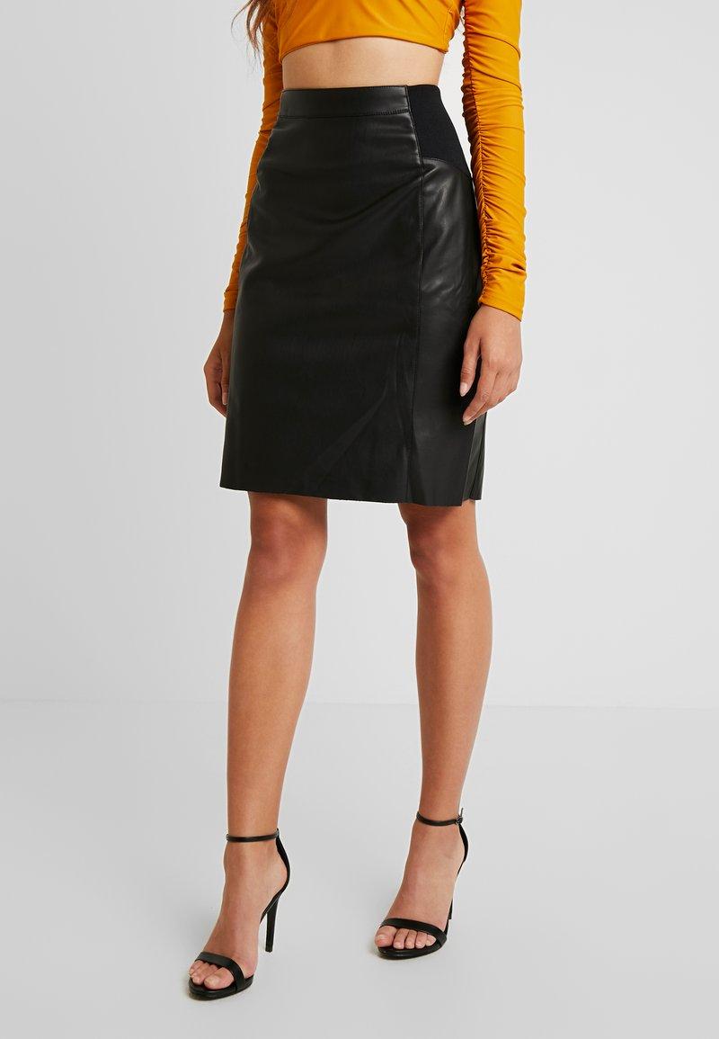 Vero Moda - VMBUTTERSIA COATED SKIRT - Pouzdrová sukně - black