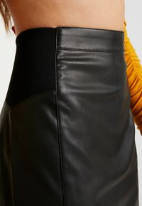 Vero Moda - VMBUTTERSIA COATED SKIRT - Kynähame - black - 4