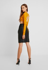 Vero Moda - VMBUTTERSIA COATED SKIRT - Kokerrok - black - 2