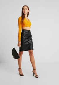 Vero Moda - VMBUTTERSIA COATED SKIRT - Kokerrok - black - 1